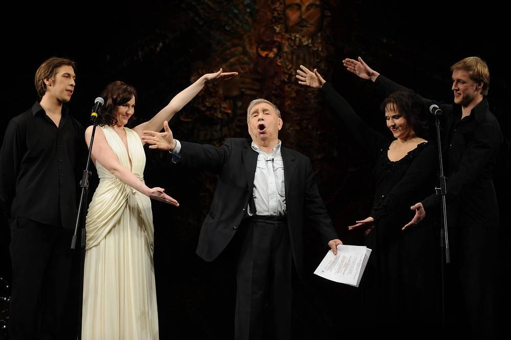 Михаил Светин (в центре) во время своего бенефиса в Театре комедии им. Н.П. Акимова, 2010 год
