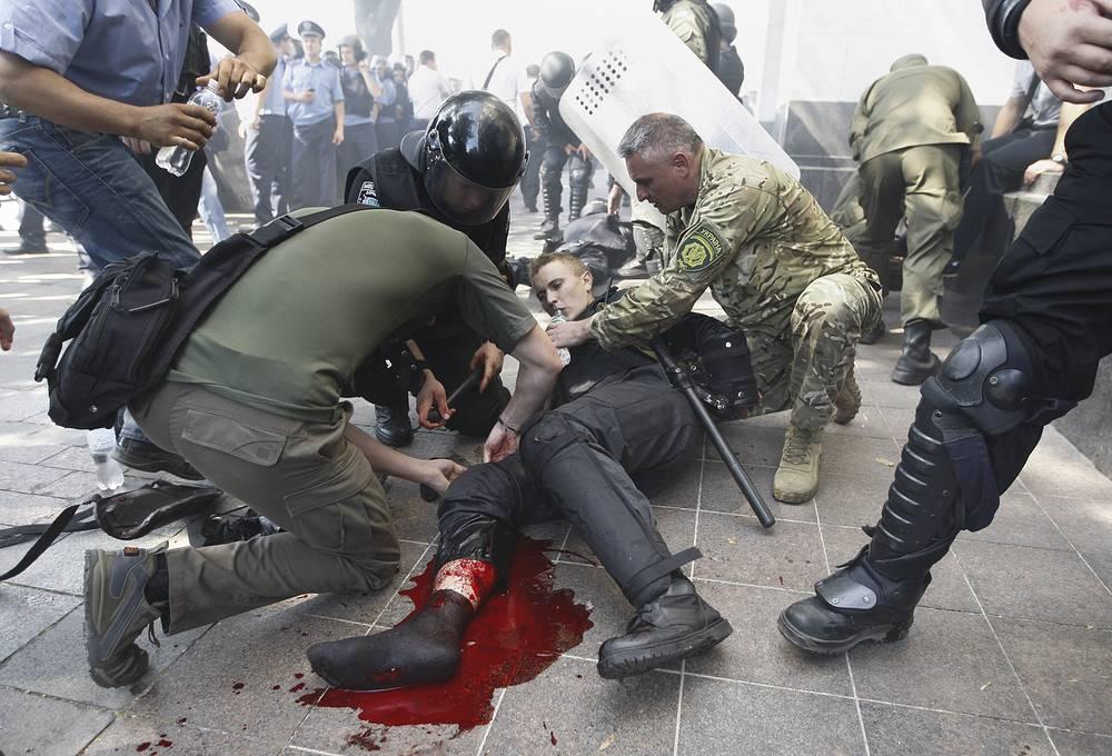 Аваков также сообщил, что боец нацгвардии скончался в результате осколочного ранения в сердце, полученного во время беспорядков