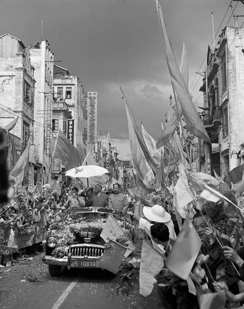 Сотрудничество между странами активно развивалось в середине 1950-х гг. На фото: встреча советской делегации во главе с председателем президиума Верховного Совета СССР Климентом Ворошиловым на улицах Пекина, 1957 год