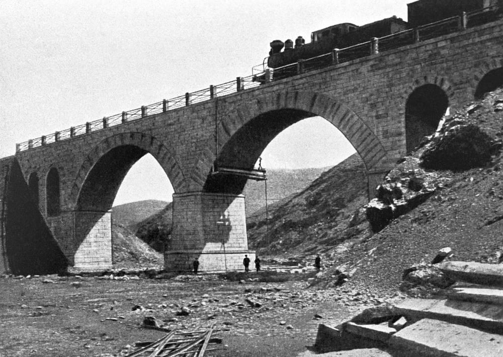 Первые контакты между Россией и Китаем были установлены еще в XVII веке, однако активное сотрудничество началось только в XIX веке.  В 1903 году была запущена Китайско-Восточная железная дорога. На фото: Арочный мост через реку Кинчжоо на КВЖД, 1903 год