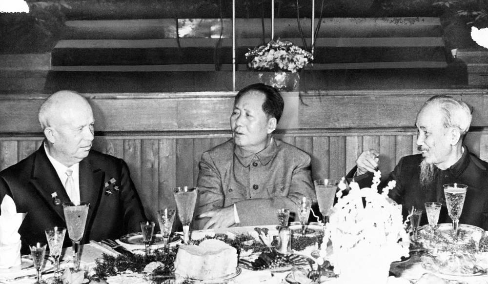 К концу 1950-х гг. в советско-китайских отношениях на фоне идеологических разногласий между Мао Цзэдуном и первым секретарем ЦК КПСС Никитой Хрущевым наметилось охлаждение. На фото (слева направо): Никита Хрущев, Мао Цзэдун и президент Демократической Республики Вьетнам Хо Ши Мин на банкете в Пекине, 1 октября 1959 года