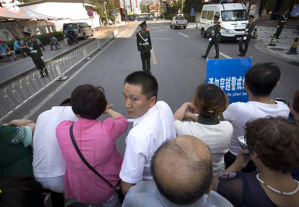 Власти приостановили движение автомобильного транспорта и закрыли несколько станций метро. На фото: зрители перед началом парада в Пекине