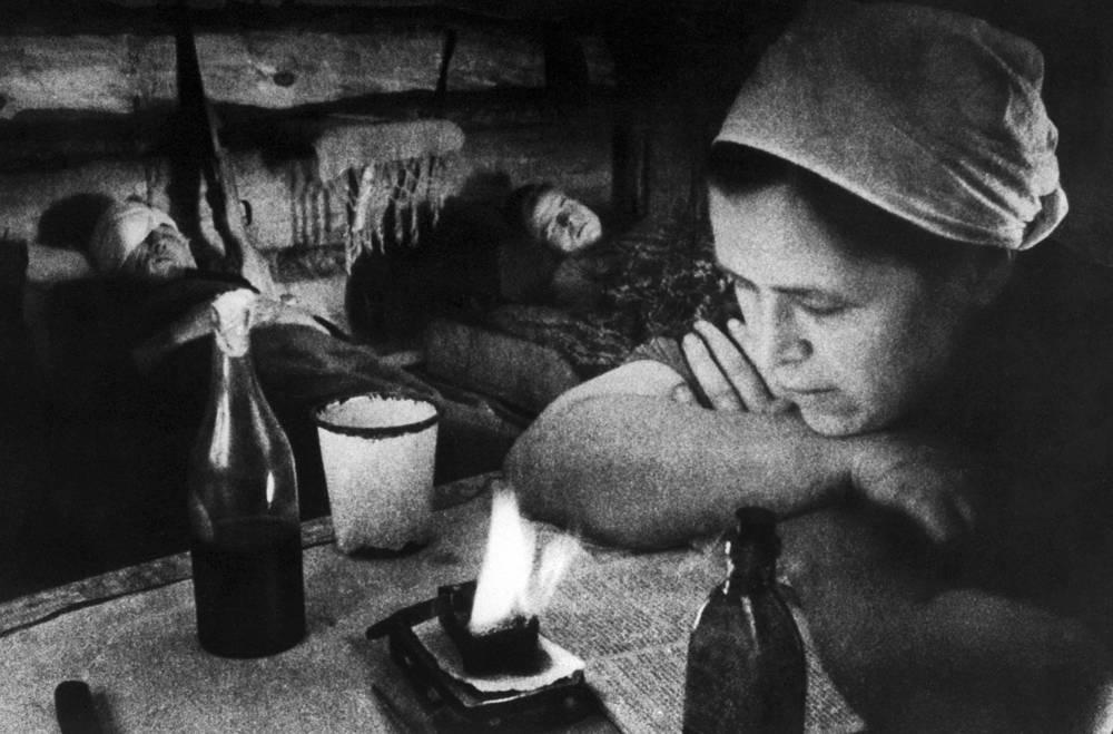 Ночное дежурство в полевом госпитале партизанского отряда, 1945 год