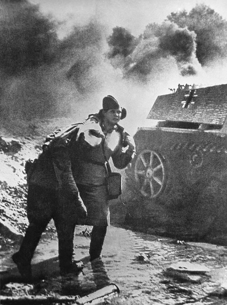 Медсестра выводит раненого с поля боя, 1943 год