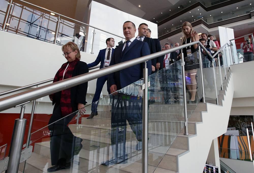 Полномочный представитель президента РФ в Дальневосточном федеральном округе Юрий Трутнев во время осмотра площадок Восточного экономического форума