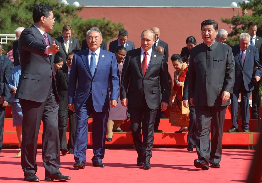 Президент Казахстана Нурсултан Назарбаев, председатель КНР Си Цзиньпин и президент РФ Владимир Путин