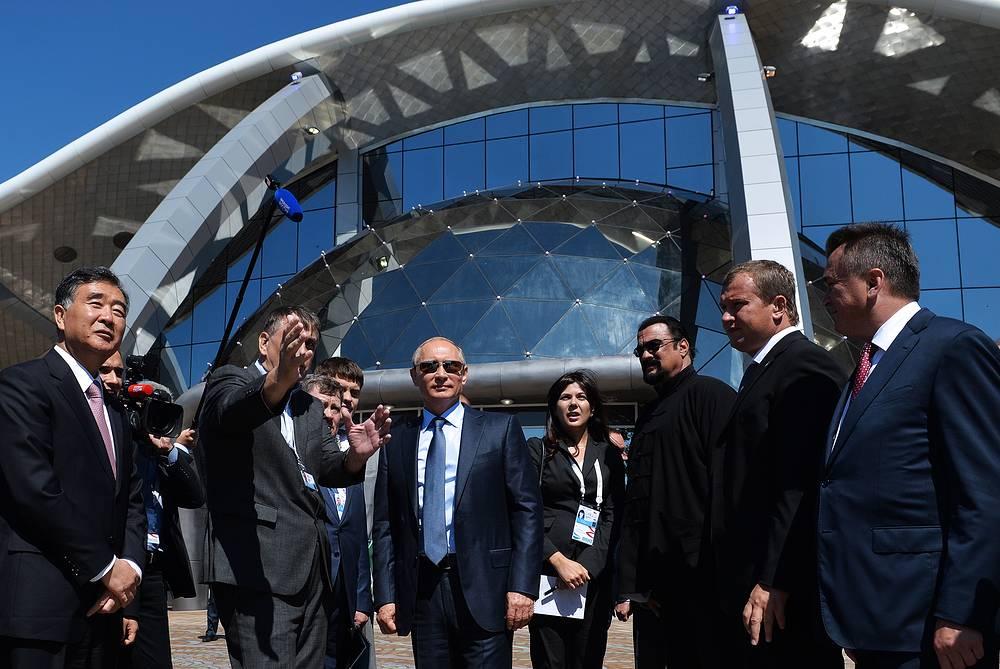 Президент России Владимир Путин (в центре), вице-премьер Госсовета КНР Ван Ян (слева) и американский актер Стивен Сигал (третий справа) во время посещения Приморского океанариума на острове Русский