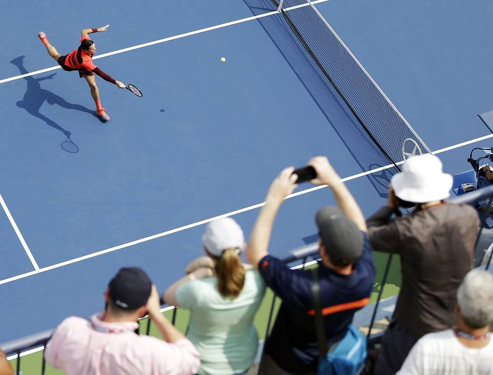 Милош Районич из Канады в матче с Фернандо Вердаско (Испания) на Открытом чемпионате США по теннису, 2 сентября