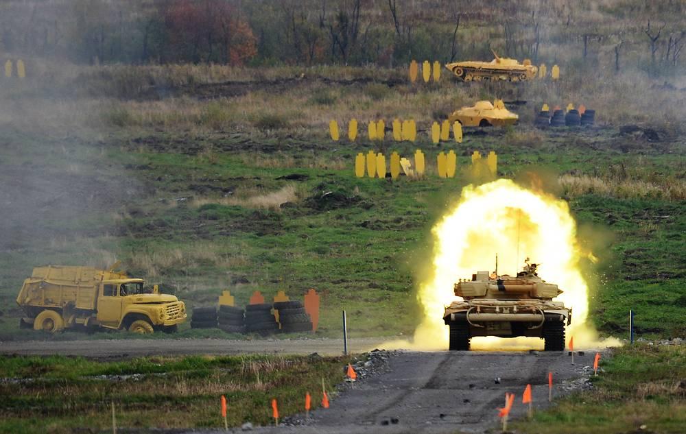 """Уничтожение """"боевиков"""" из орудия танка Т-90А во время имитации сражения"""