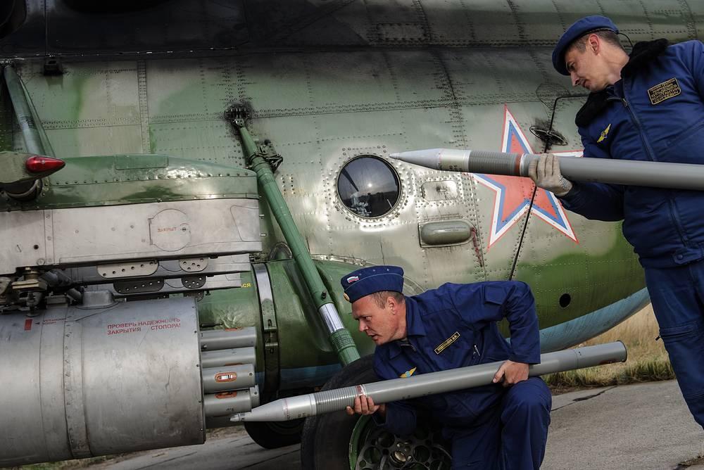 Зарядка неуправляемыми реактивными снарядами вертолета Ми-8