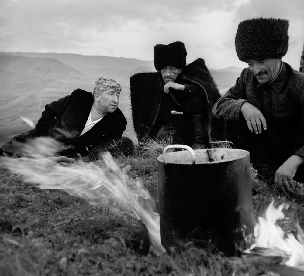 Дагестанская АССР. Поэт Расул Гамзатов (слева) с чабанами на высокогорном пастбище. 1967 год