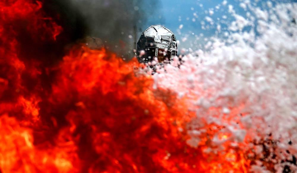 Сотрудник противопожарной службы во время соревнований по пожарному многоборью на полигоне Добровольного общества содействия армии, авиации и флоту (ДОСААФ) в Ивановской области, 17 сентября