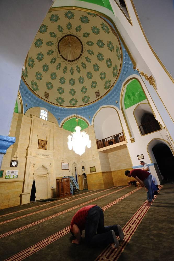 Если зайти внутрь, то видно, что колонны Джума-мечети изрядно наклонены – последствия землетрясения многовековой давности