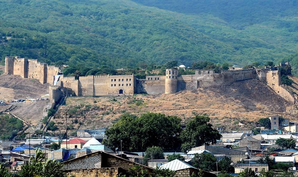 В противоположную сторону, по направлению к Малому Кавказскому хребту, на 40 км с лишним тянулась горная часть фортификации