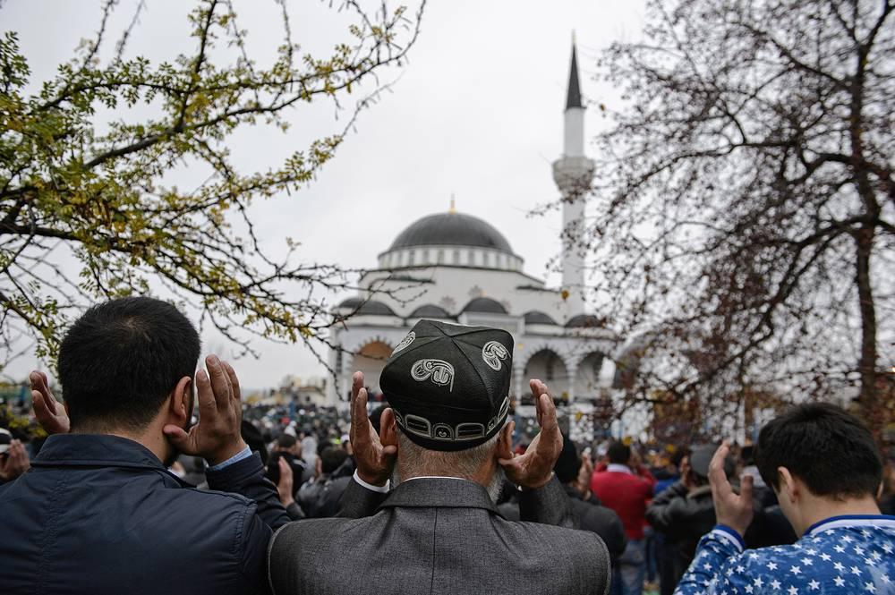 По окончании молитвы верующие возвращаются домой. Затем они снова отправляются в мечеть или на специально отведенную площадку (намазгах), где мулла или имам-хатыб произносит проповедь. На фото: праздник Курбан-байрам у Медной мечети имени имама Исмаила аль-Бухари в Верхней Пышме