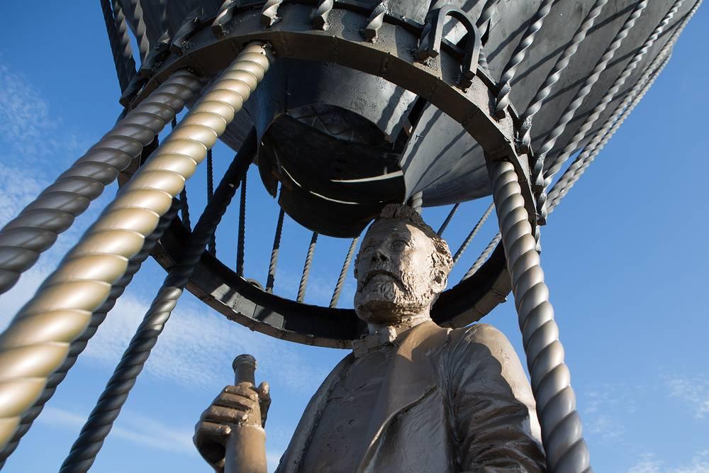 Памятник французскому писателю Жюлю Верну на набережной реки Оки