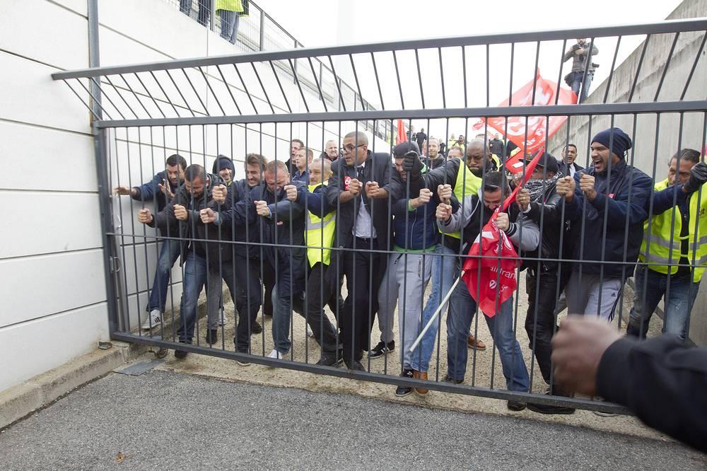 Акция протестующих у стен штаб-квартиры Air France
