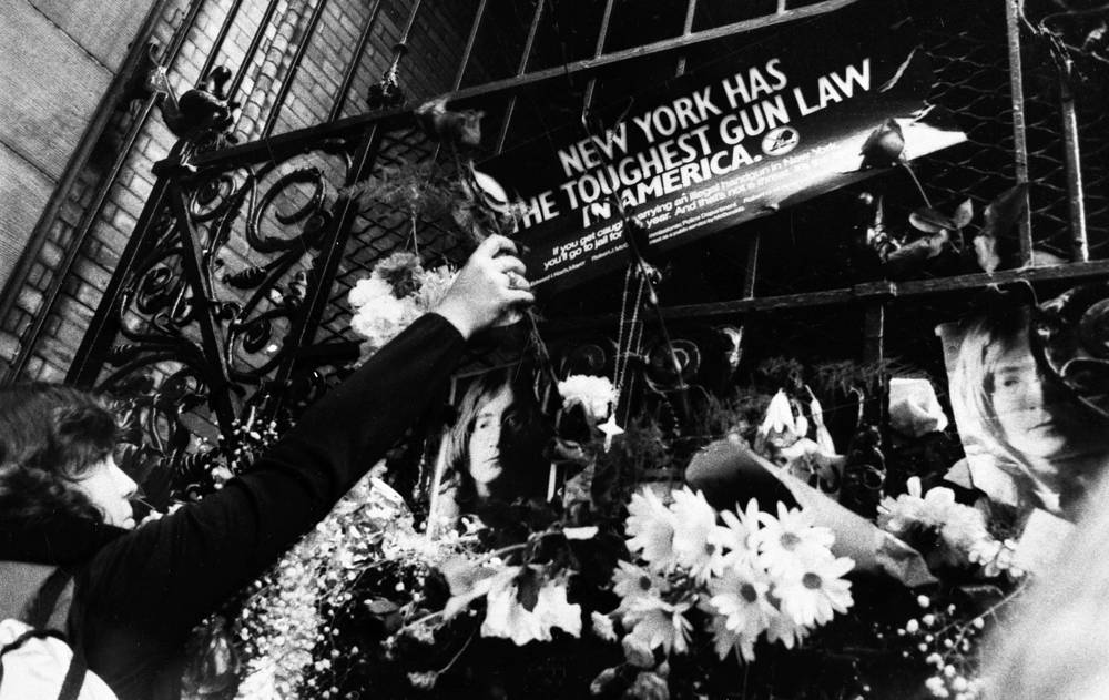 Поклонники таланта Леннона возлагают цветы у его дома, 1980 г.