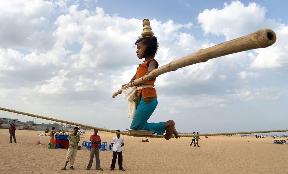 Особую актуальность эта проблема представляет для таких стран, как Индия, Сомали, Таджикистан, Пакистан. На фото: девочка тренируется в ходьбе по канату, Индия, 2009 год