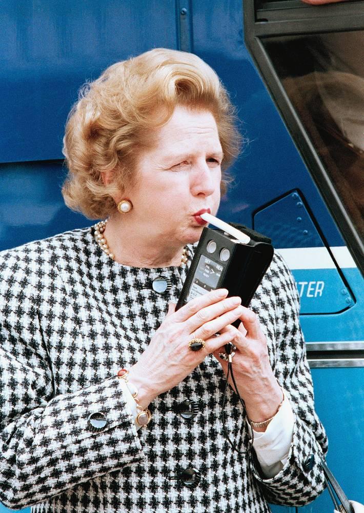 В 1992 году ей был присвоен титул баронессы, что давало право пожизненного членства в палате лордов. На фото: Маргарет Тэтчер проверяет алкотестер на фабрике в Южном Уэльсе, которая производит их для британской полиции. Прибор показал ноль промилле.