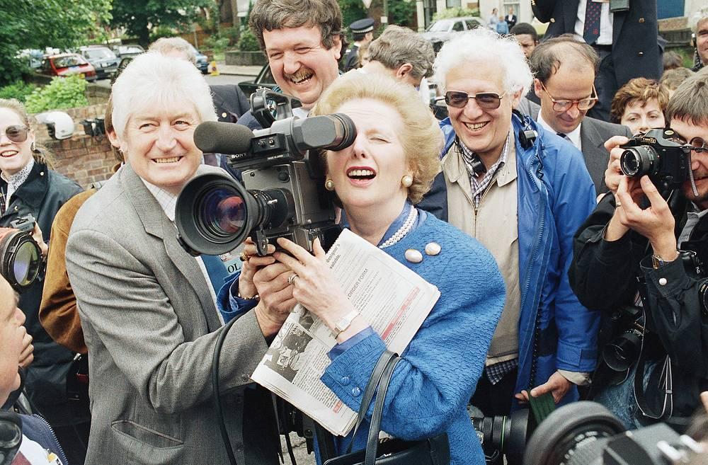 """""""Если бы мне представилась возможность прожить жизнь снова, в политику бы я не пошла с учетом того, что она принесла моей семье"""", - заявила Тэтчер британскому парламентарию Майклу Спайсеру в апреле 1995 года, когда вместе со своим супругом принимала лорда Спайсера в своем офисе в Челси. На фото: Маргарет Тэтчер во время посещения избирательного округа Финчли (Лондон), в день всеобщих выборов в Соединенном Королевстве, 11 июня 1987 года"""