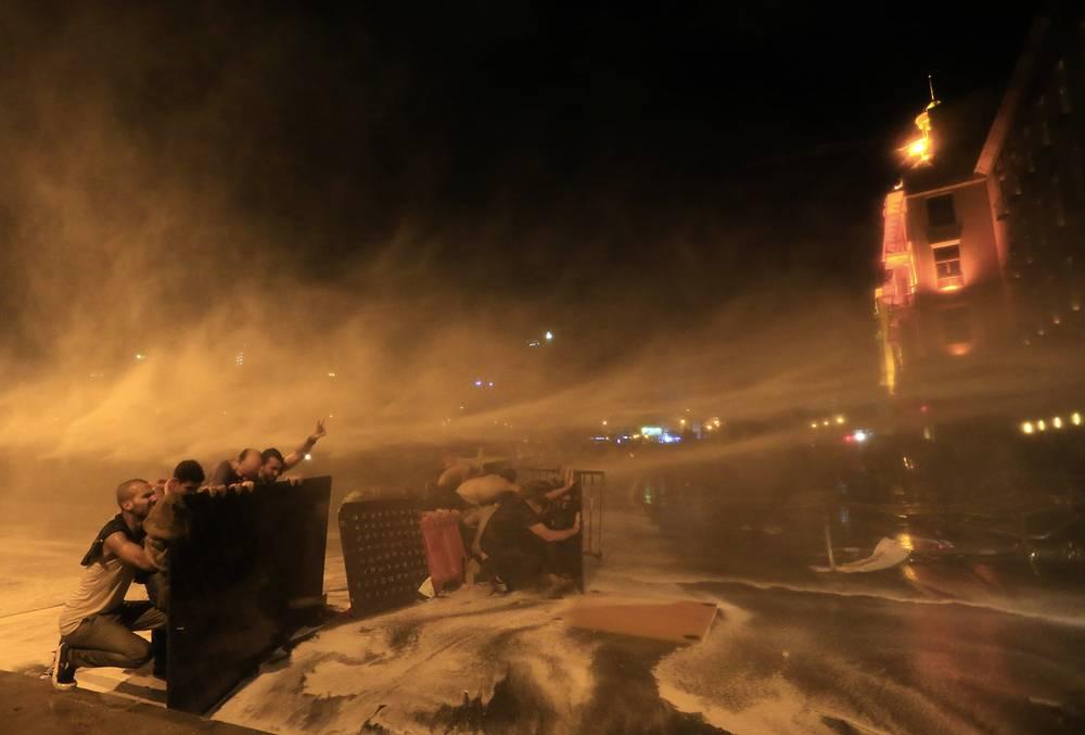 Акция протеста в центре Бейрута, Ливан, 8 октября. Правительственные силы применили водометы и слезоточивый газ для разгона демонстрантов
