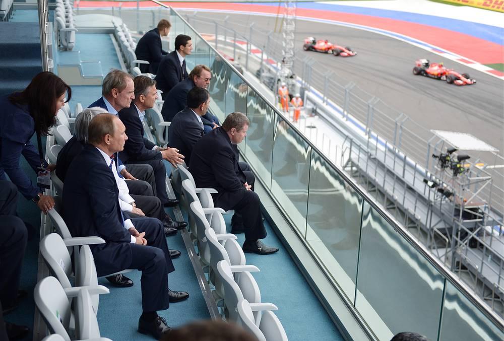 Президент РФ Владимир Путин (на первом плане) на трибуне