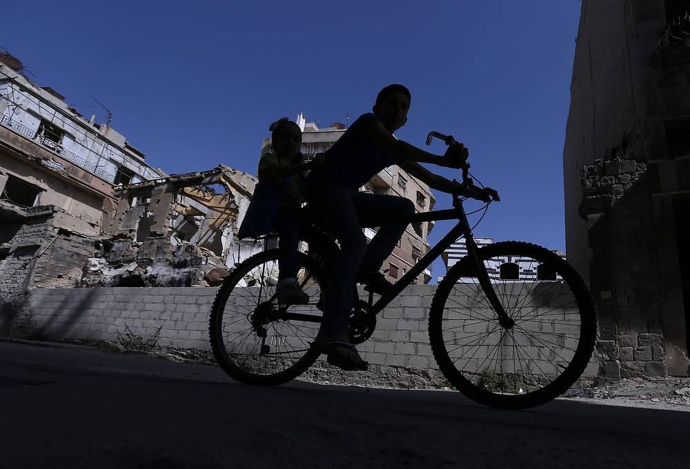 Велосипедист в Старом городе в сирийском Хомсе, 14 октября