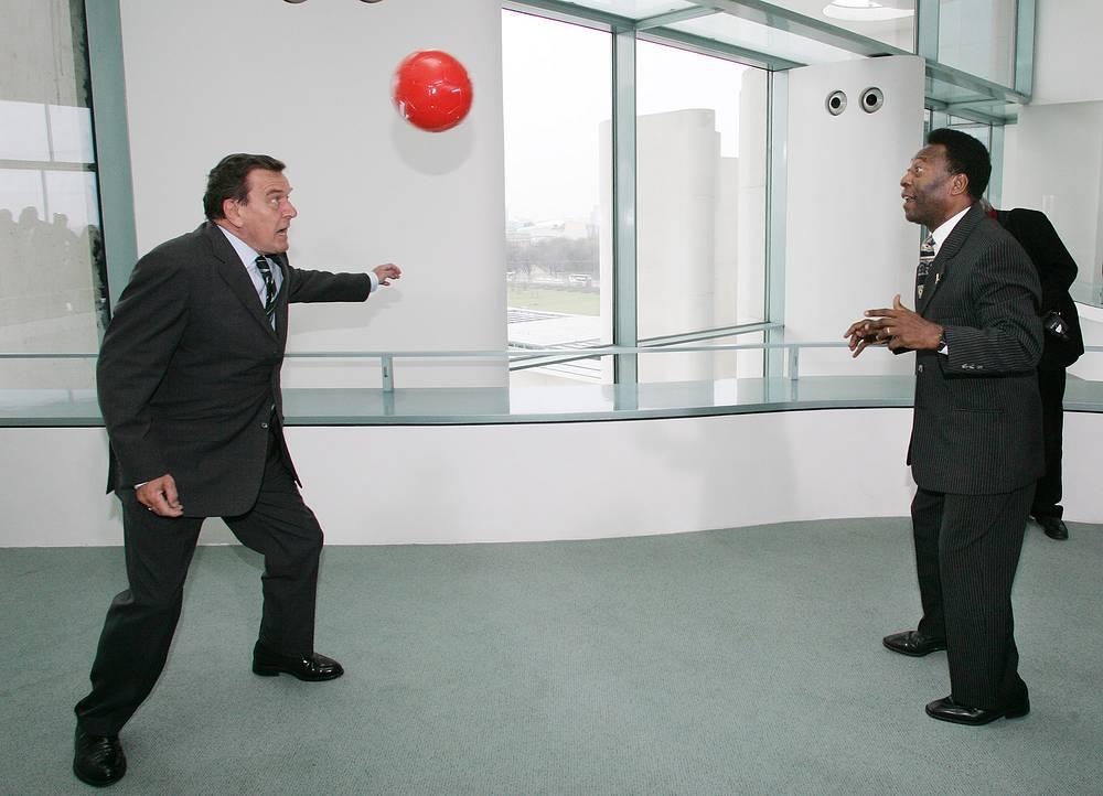 Бывший форвард сборной Бразилии во время встречи с канцлером ФРГ Герхардом Шредером