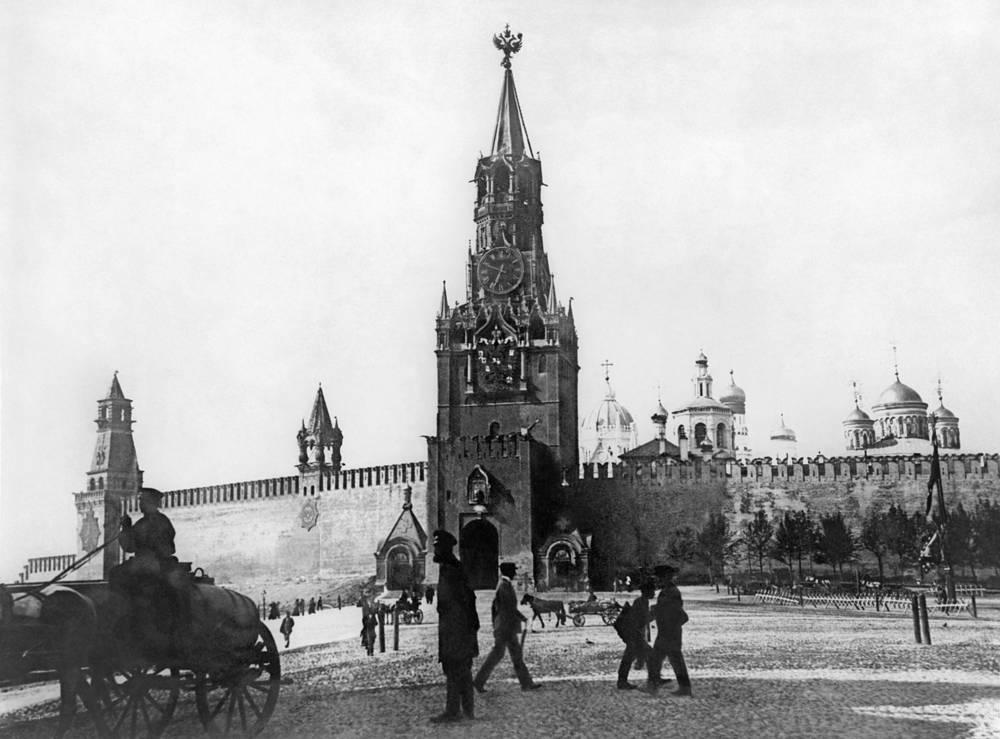 С XVII века четыре кремлевские башни венчали медные позолоченные двуглавые орлы. На фото: Спасская башня Московского Кремля, 1915 год