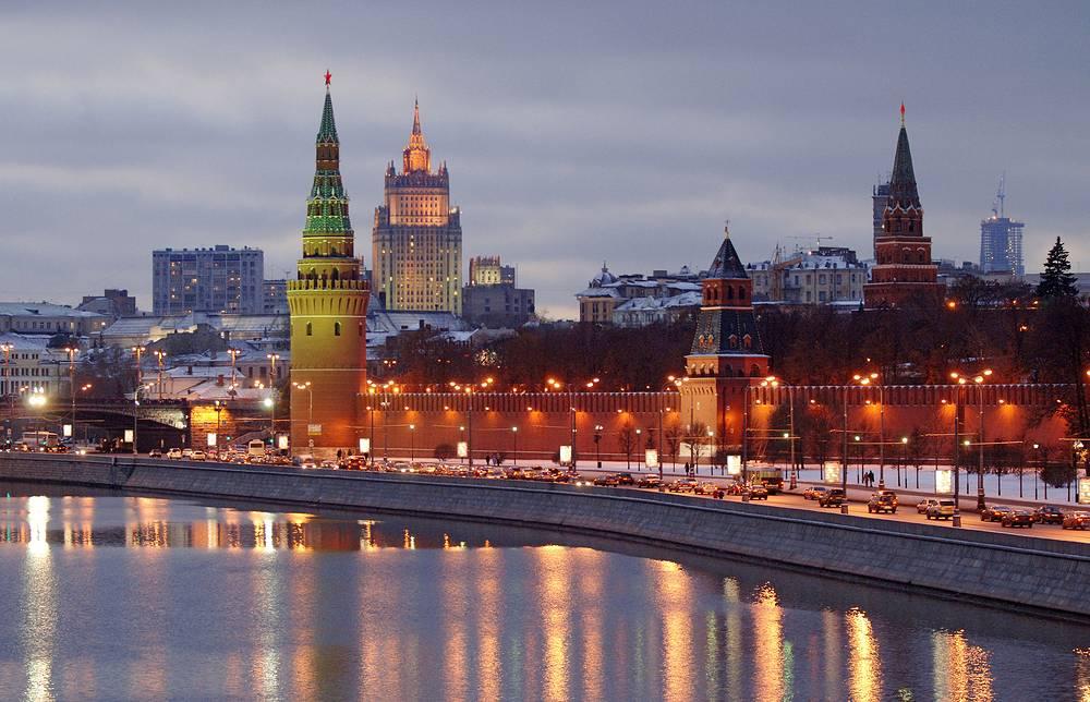 Для кремлевских звезд было сварено 500 квадратных метров специального трехслойного рубинового стекла. В основании каждой звезды установили мощные подшипники, чтобы они могли вращаться под напором ветра. На фото: вид на Кремль, 2006 год