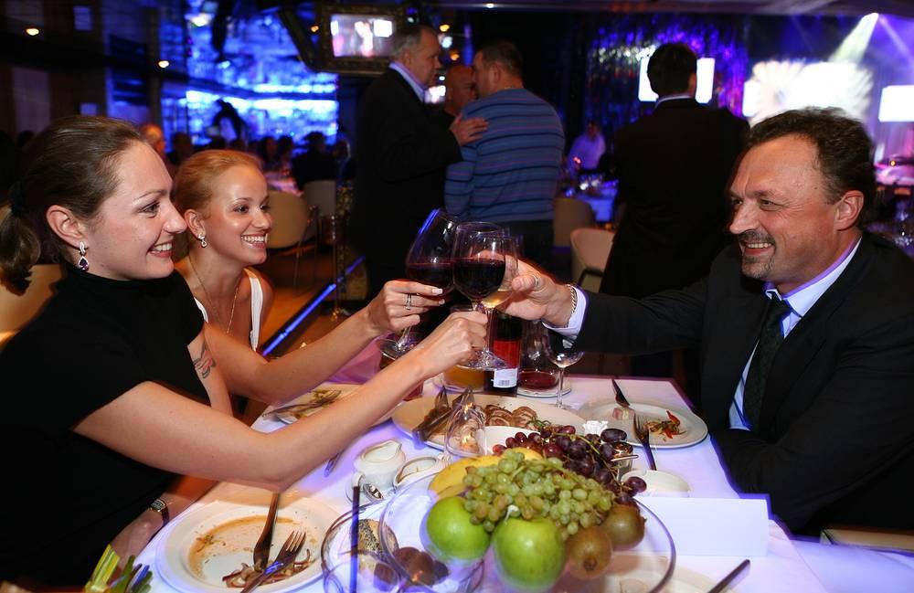 Комментатор с российскими синхронистками, олимпийскими чемпионками Анастасией Давыдовой и Анастасией Ермаковой (слева направо)