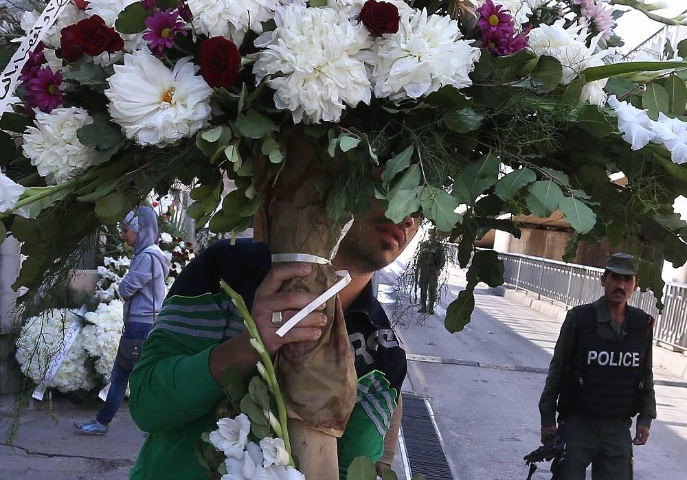 Цветы около российского посольства в Дамаске, Сирия
