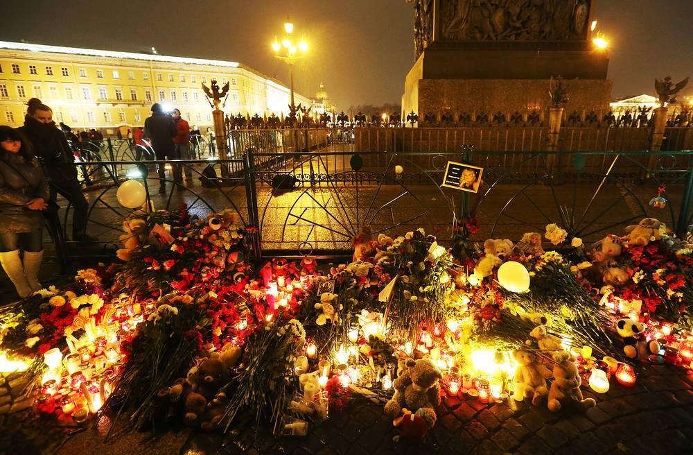 Цветы и свечи на Дворцовой площади в Санкт-Петербурге