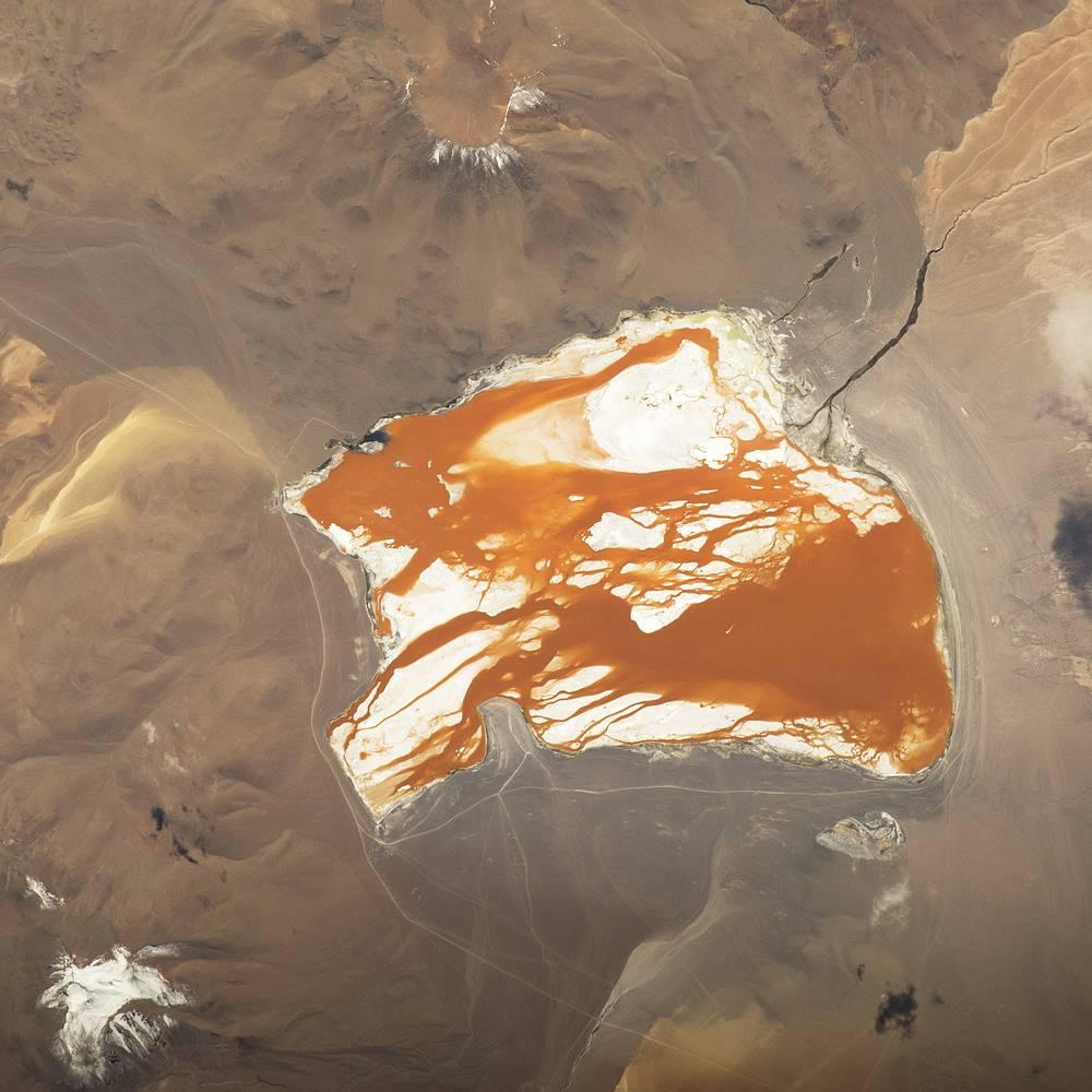 Минеральное озеро Лагуна-Колорада, расположенное в юго-западной части Боливии недалеко от границы с Чили. Красно-бурый цвет воды обусловлен осадочными породами, а также пигментацией некоторых произрастающих там водорослей. В 2007 году озеро было в числе номинантов в конкурсе на выбор новых семи чудес природы, но не попало в финал