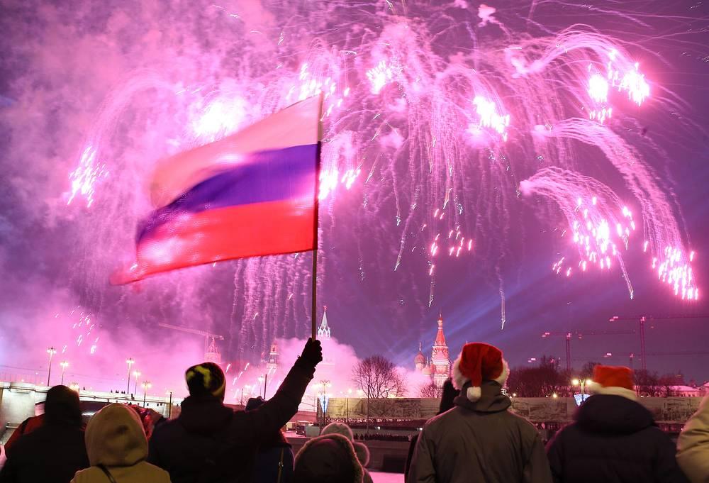 Москва. 1 января 2016. Жители и гости  столицы встречают Новый год на набережной Москвы-реки.
