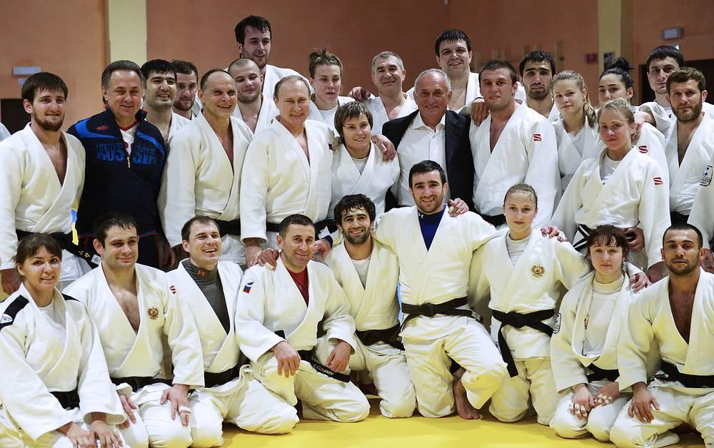 Президент России Владимир Путин (пятый слева на втором плане), министр спорта РФ Виталий Мутко (второй слева на первом плане)