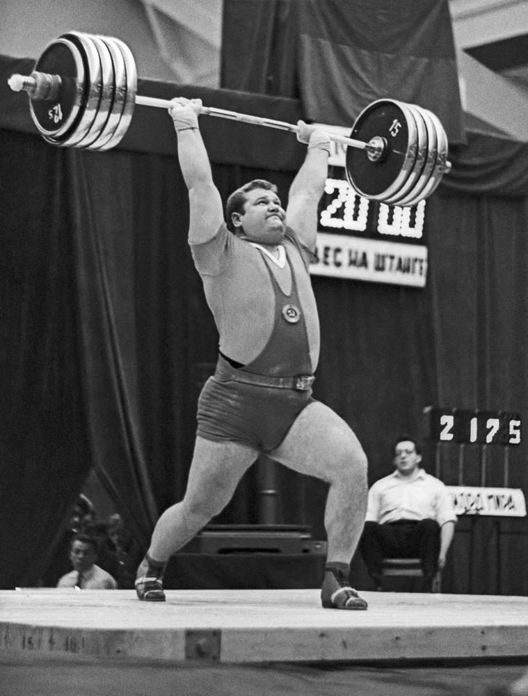 Победитель международных соревнований в Риге Леонид Жаботинский. Его сумма в троеборье - 545 килограммов