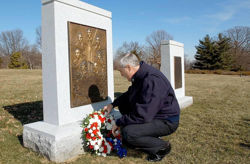 Администратор NASA Шон О'Киф возлагает венок к мемориалу в честь погибших астронавтов на Арлингтонском национальном кладбище в Вирджинии, 8 января 2003 года