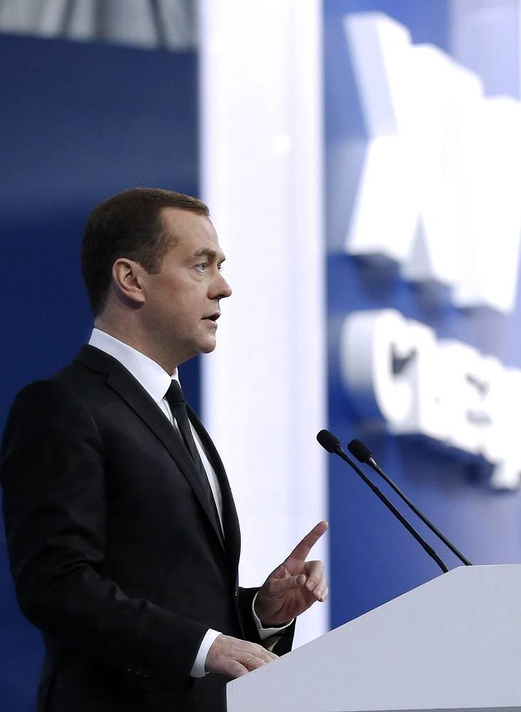 Правительство не будет экономить на людях и развитии страны и продолжит помогать конкурентоспособным отраслям, заверил Медведев