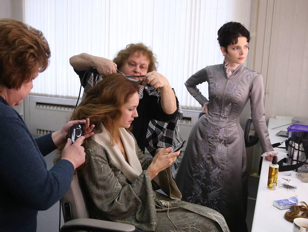 Елизавета Боярская (справа) в гримерной во время подготовки к съемкам