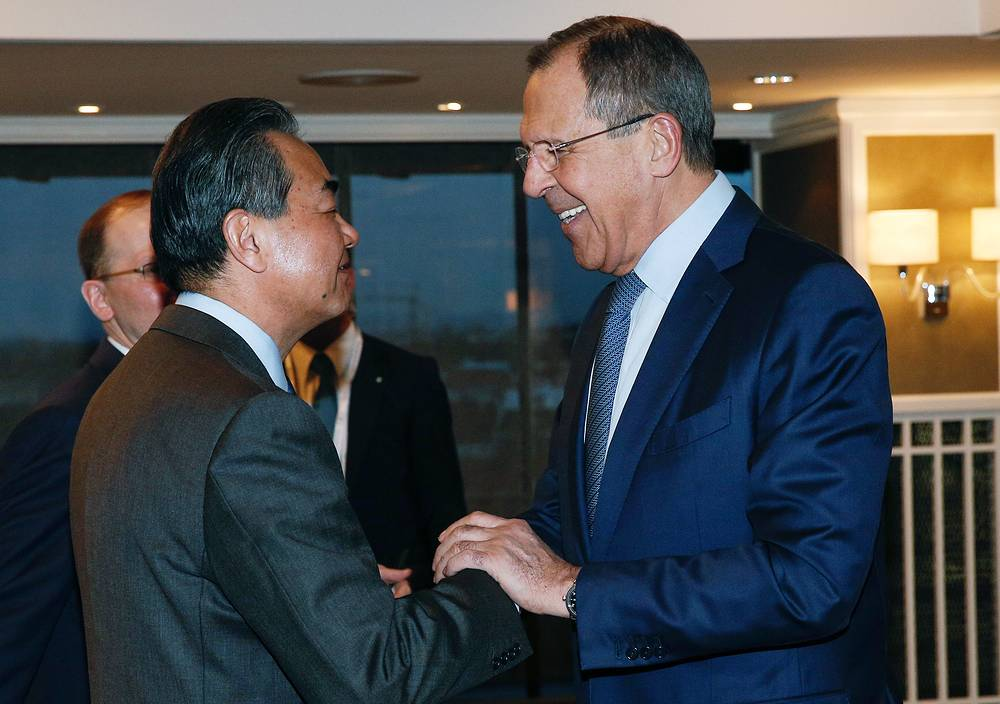 Министр иностранных дел Китая Ван И и министр иностранных дел РФ Сергей Лавров