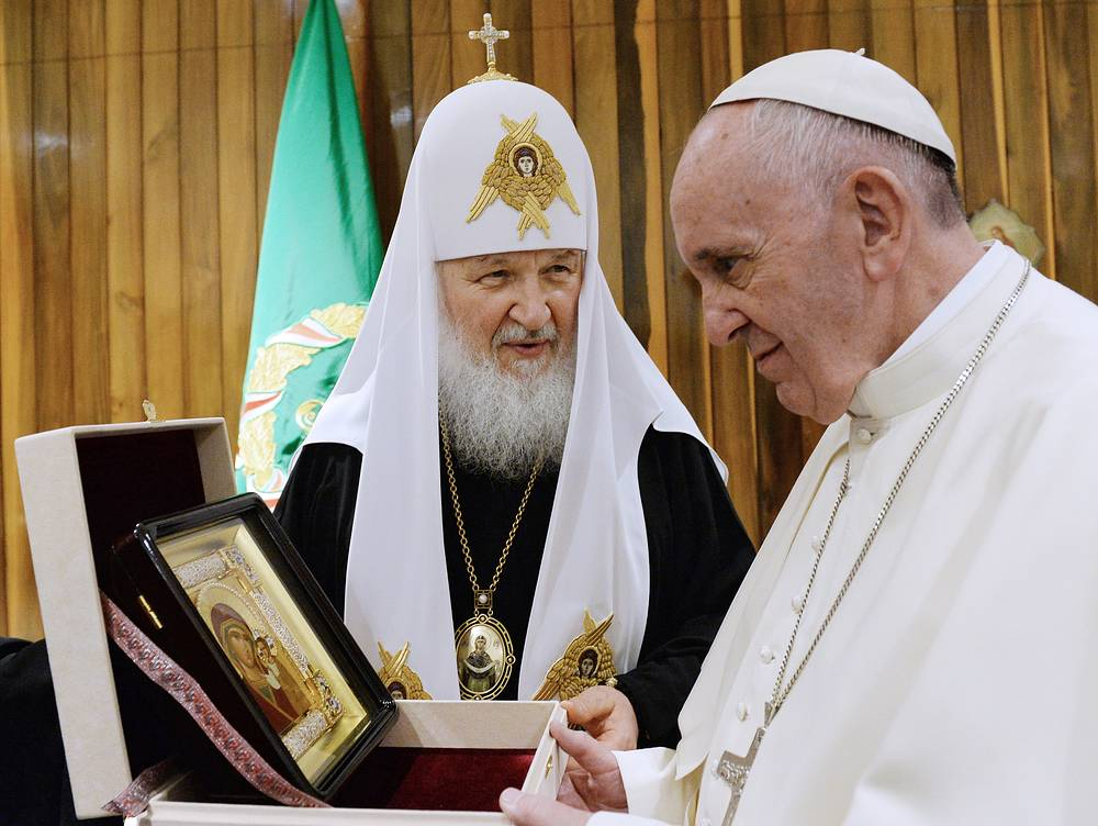 Патриарх Московский и всея Руси Кирилл и папа римский Франциск во время встречи в международном аэропорту имени Хосе Марти