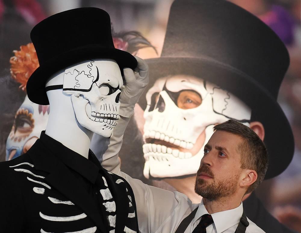 Костюм, который Бонд надевал на День мертвых в Мехико в начальных сценах фильма