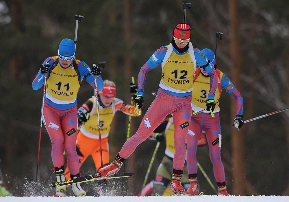 Российские спортсменки Галина Нечкасова, Светлана Слепцова (слева направо на первом плане) и Анастасия Загоруйко (справа на втором плане) на дистанции масс-старта на 12,5 км среди женщин