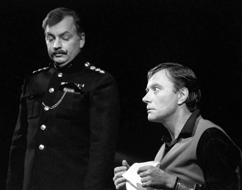 """С Державиным в сцене из спектакля """"Трехгрошовая опера"""", 1981 год"""