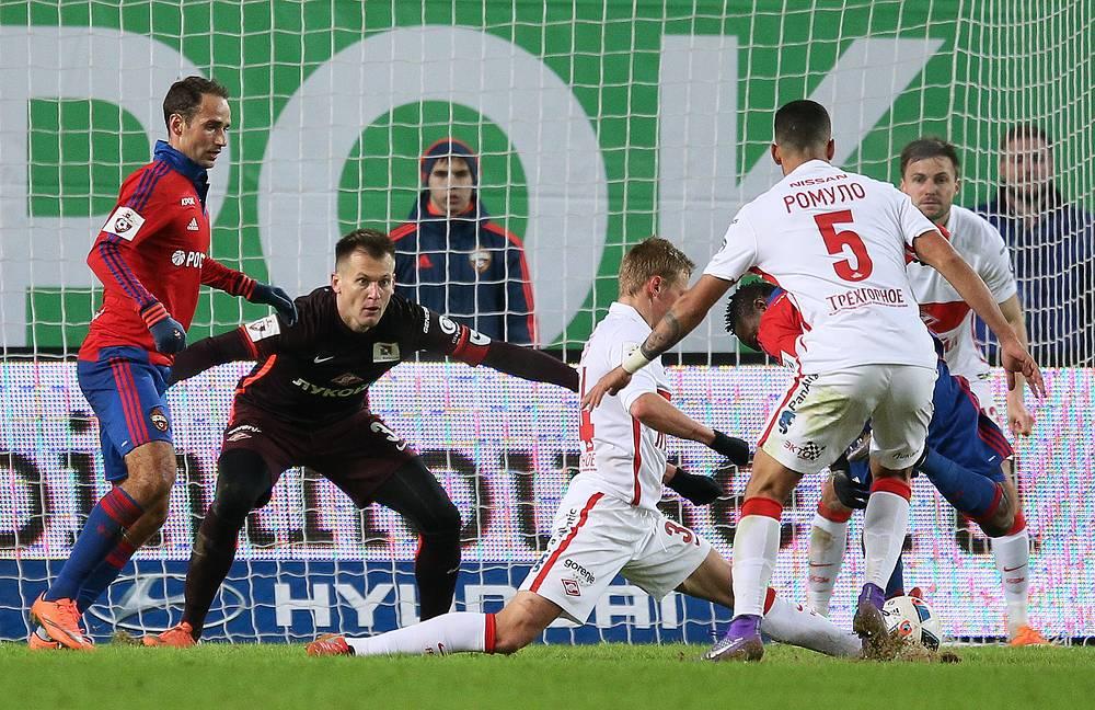 Нападающий ЦСКА Ахмед Муса в атаке на ворота Артема Реброва