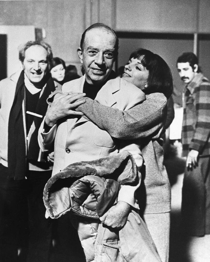 """Лайза Миннелли с отцом Винсентом Миннелли после 45-й церемонии вручения кинопремии """"Оскар"""". Актриса была удостоена статуэтки в номинации """"Лучшая женская роль"""" за фильм """"Кабаре"""", Лос-Анджелес, март 1973 года"""