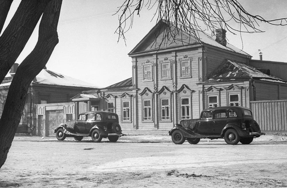 Первые серийные машины были собраны 16 марта 1936 г., на следующий день их представили руководству страны. На фото: ГАЗ-М1, 1936 год