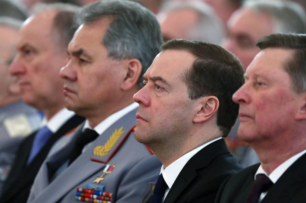Руководитель администрации президента РФ Сергей Иванов, премьер-министр РФ Дмитрий Медведев, министр обороны РФ Сергей Шойгу